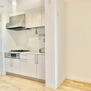【LDK】冷蔵庫はキッチン右横にどうぞ。※写真は3階の同間取り、別部屋のもの