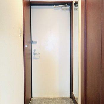 室内最後は玄関スペース。壁には姿見も。