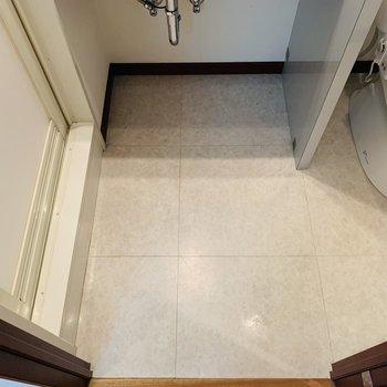お次はユーティリティー。脱衣スペースの床は白で清潔感たっぷり。