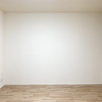アクセントクロスの対面は真っ白な壁。壁面が多いと家具の配置がしやすいですね◎(※写真は2階の反転間取り別部屋のものです)