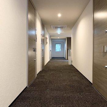 共用廊下はちょっぴりラグジュアリーな雰囲気。