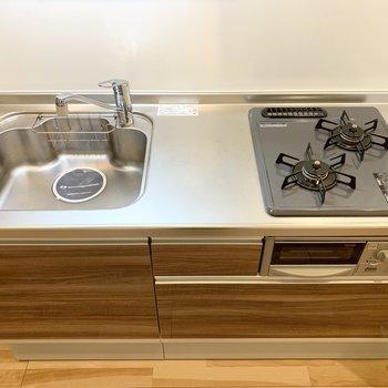 自炊派にも嬉しいグリル付2口ガスコンロのシステムキッチンです。(※写真は2階の反転間取り別部屋のものです)