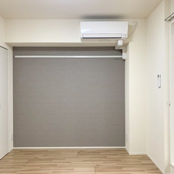 グレーのアクセントクロスの映える、ひとり暮らしのお部屋です。(※写真は2階の反転間取り別部屋のものです)