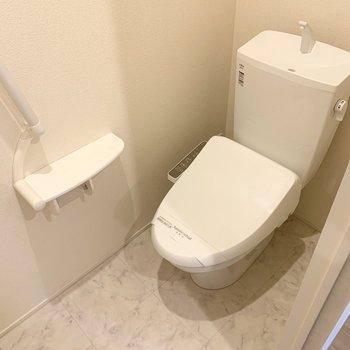 おトイレは洗濯機置場のお隣のドアの中に。ウォシュレット付ですよ◎(※写真は2階の反転間取り別部屋のものです)