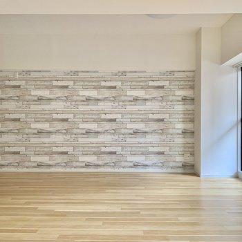 キッチン横の壁はタイル調のクロスで遊び心を※写真は通電前のもの