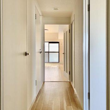 廊下も木目調のフローリングが素敵※写真は通電前のもの
