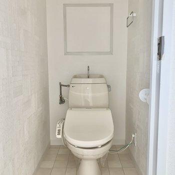 トイレはウォシュレット付きに。※写真は通電前のもの、撮影時フラッシュを使用しています