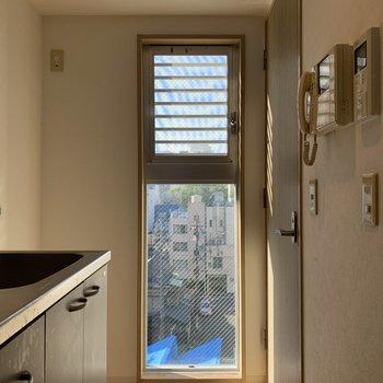 キッチン部分にも窓があります。