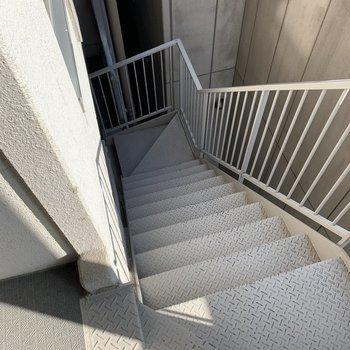 階段降りるときは気をつけてくださいね!