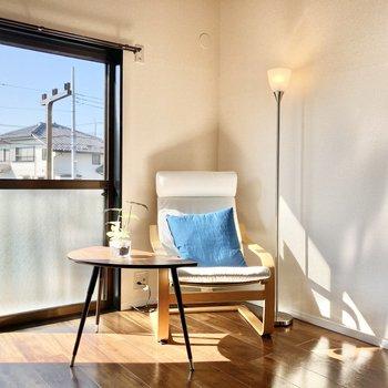 【洋室】窓際で本を読んでたら思わず気持ちよくてうとうと…※家具はサンプルです