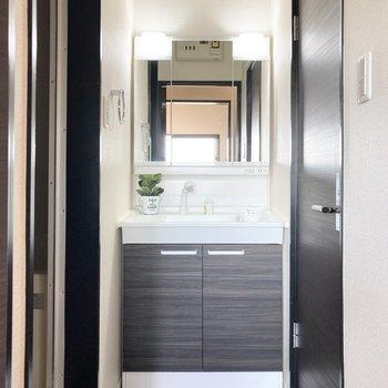 右側の扉を開けると独立洗面台がある脱衣所です。