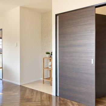 【LDK】こちら側には何やらへこんだ空間が…※家具はサンプルです