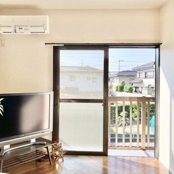 【LDK】2面採光で明るいリビングで団欒を楽しんで。※家具はサンプルです