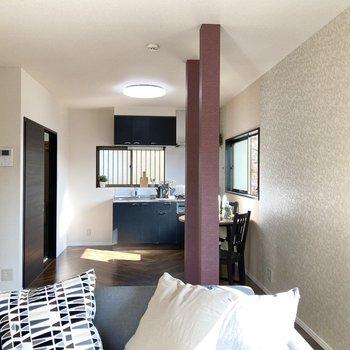 【LDK】LDKは12.5帖の開放的な空間ですが、中心に柱が2本あるのでDKとリビングの空間をやんわりと区切ってくれます。※家具はサンプルです