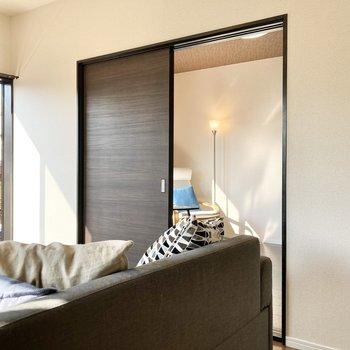 続いてお隣のお部屋。※家具はサンプルです