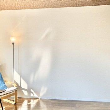 【洋室】壁はすっきりとしているので寝室にも最適です。※家具はサンプルです