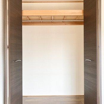 【洋室】奥行きも高さもしっかりあるクローゼットです。