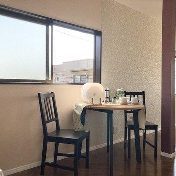 【LDK】DK側にも窓があるので明るいですよ。※家具はサンプルです