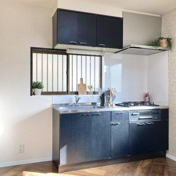 【LDK】キッチン左横には冷蔵庫を置くスペースもあります※家具はサンプルです