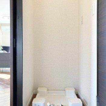 続いて水回り。玄関入ってすぐ目の前に洗濯機置き場があります。