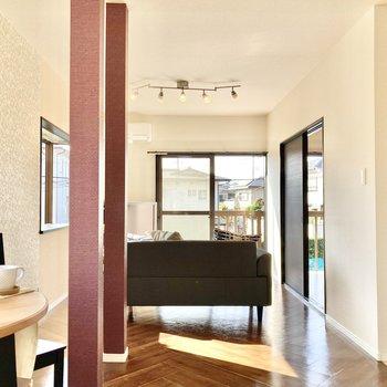 【LDK】中はリノベーションが施されたシックな空間が広がります。※家具はサンプルです