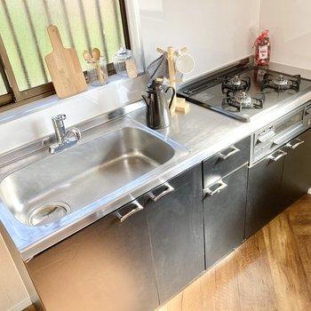 【LDK】3口コンロとグリル付きでお料理も捗りそう。※家具はサンプルです