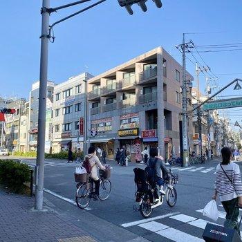 駅前の通り。色んなお店が並び、にぎやかな商店街もありました。