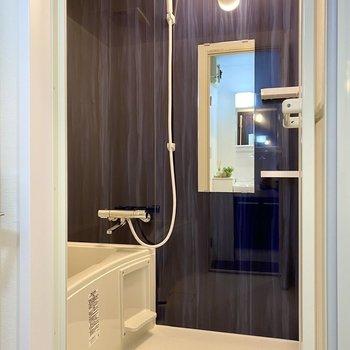 ブルーの壁材が美しい浴室。乾燥機付きですよ。
