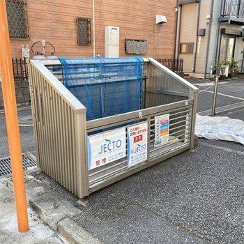 敷地内にゴミ置き場があり、出掛けにサッとゴミ出しできます。