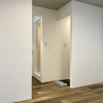 【LDK】こちらの空間は、洗濯機置き場、洗面台、玄関とそれぞれカーテンで仕切ることができます。※写真の小物はサンプルです