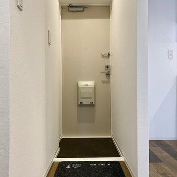 玄関はシンプルな造り。※写真の小物はサンプルです