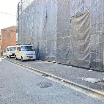 駐車場(空き要確認)。道路に面しており、出し入れしやすそうです。
