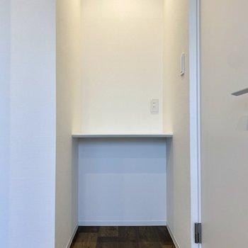 【洋室】ホワイトのスマートなデスク。コンセントがあり、リモートワークの作業スペースにもできそう。