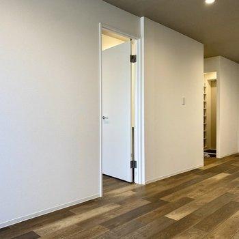 【LDK】真っ白なクロスも美しい。隣の洋室とはドアで仕切られています。