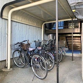駐輪場(空き要確認)。屋根があるので雨に濡らさずに保管できますね。