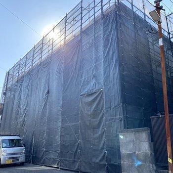 外装は現在工事中。気泡コン造の3階建てマンションです。