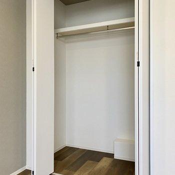 【洋室】ワイドなクローゼットはハンガーを使った収納に適していますね。