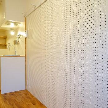 【イメージ】キッチンのとなりから壁一面、有孔ボードに!有効に使いましょ◎