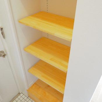 【イメージ】玄関前には可動棚の収納。靴でも小物でもなんでも置けます!