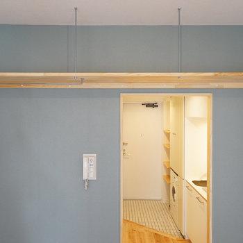 【イメージ】冷蔵庫の隣から吊り棚が。ハンガーがかけられるパイプもつきますよ。