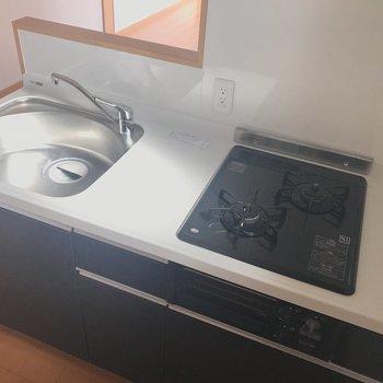 ガスは2口でお料理しやすそう!調理場スペースが狭めですね。(※写真は7階同間取り別部屋のものです)