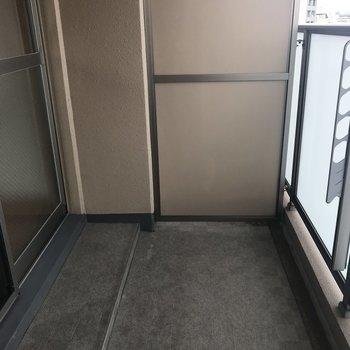 バルコニーはコンパクトなんです。(※写真は7階同間取り別部屋のものです)