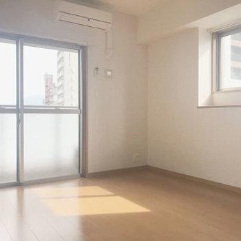 南向きのお部屋は明るい2面の窓からしっかり光が入ります!明るい〜(※写真は7階同間取り別部屋のものです)