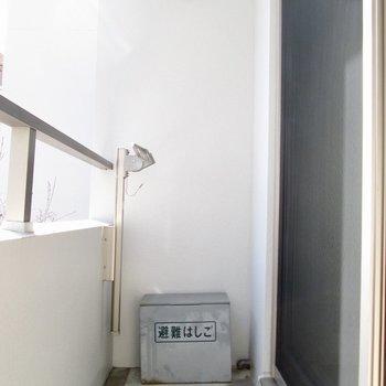 バルコニーで洗濯物も干せますよ。※写真は2階の同間取り別部屋のものです
