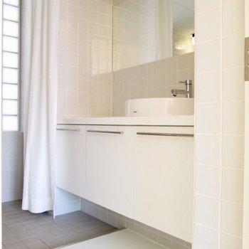 サニタリーへ行くと、大きな洗面台。※写真は2階の同間取り別部屋のものです