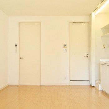向かいは白を基調としたお部屋です。※写真は2階の同間取り別部屋のものです
