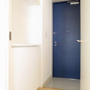玄関扉はブルーでクールな雰囲気に。※写真は2階の同間取り別部屋のものです
