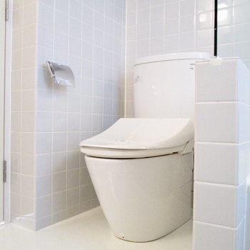 向かいに温水洗浄付のトイレになります。※写真は2階の同間取り別部屋のものです