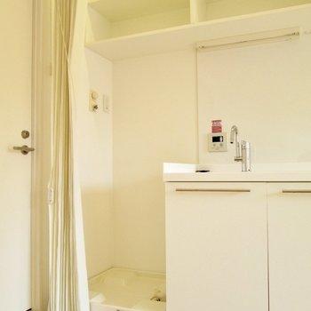 隣は洗濯機置き場です。※写真は2階の同間取り別部屋のものです