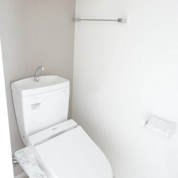 トイレはウォシュレット付!棚があるのがうれしいな。(※写真は3階の同間取り別部屋のものです)